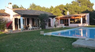 Beautiful villa with pool in the most luxurious area of ​​Colònia de Sant Jordi
