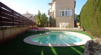 Villa con piscina en zona residencial