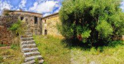 Casa de pueblo para reformar con terreno extenso