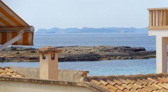 Casa de pueblo de grandes dimensiones en dos plantas con vistas al mar