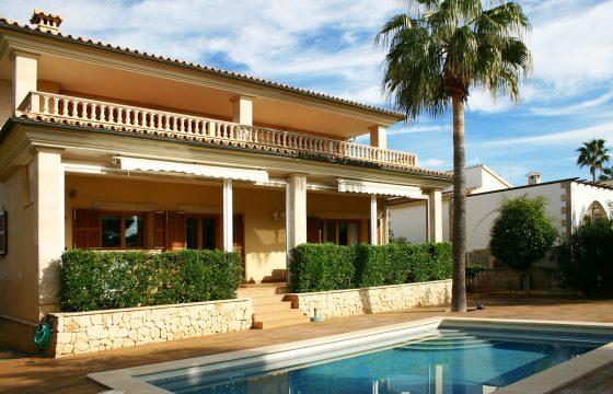 Spektakuläre, sehr gepflegte Villa in ruhiger Wohngegend