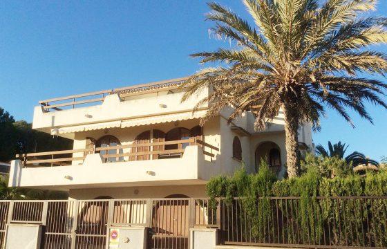 270 m2 Villa bestehend aus zwei Wohnungen: im Erdgeschoss und im ersten Stock. Umgeben von einem üppigen Garten in einer ruhigen Wohngegend