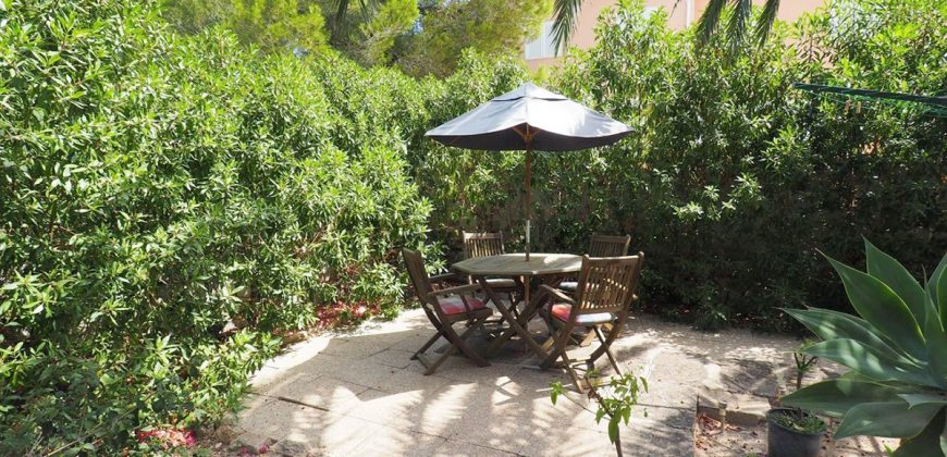 270 m2 villa with two apartments on ground floor and first floor. Surrounded by a lush garden in a quiet residential area, plot of 750 m2.
