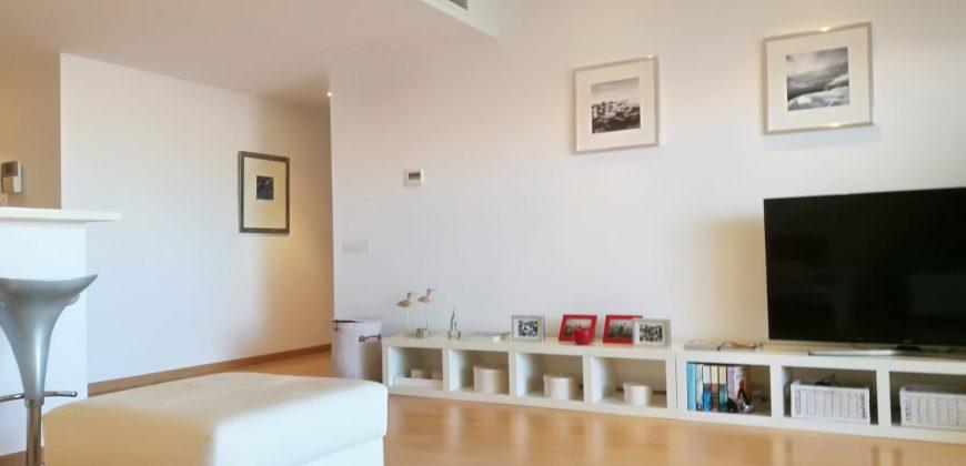 Un piso moderno y en perfecto estado en un edificio de buena construcción; primera planta con ascensor en zona tranquila y cerca del mar.