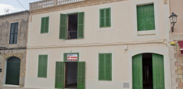 Unique opportunity to acquire a house of Majorcan character in a beautiful Ses Salines square.
