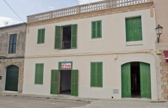 Einmalige Gelegenheit, ein Haus mit mallorquinischem Charakter in einem schönen Ses Salines Platz zu erwerben.