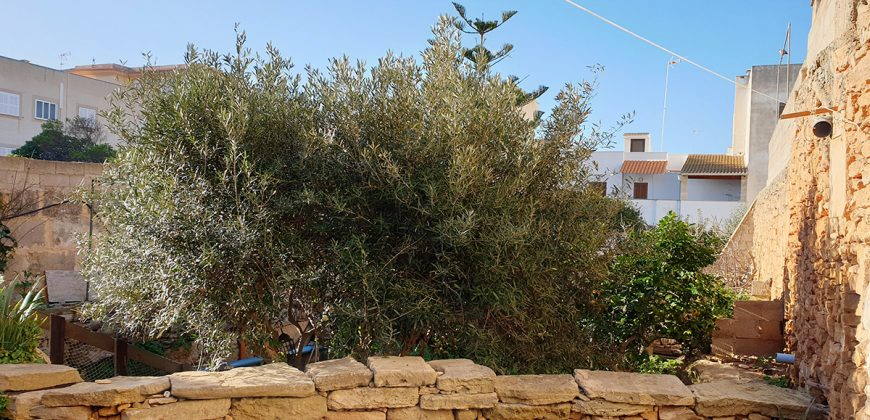 Great opportunity to acquire a property in the center of Colonia de Sant Jordi with the possibility of building 8/9 homes.