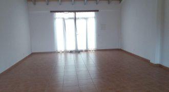 Lokal mit einer Fläche von 60 m2 mit Garten und Badezimmer.