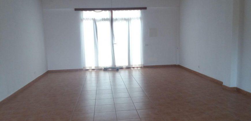 Local de 60 m2 con jardín trasero y baño completo.
