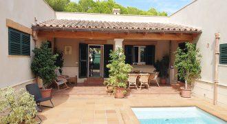 Schöne Villa mit Pool in einem Wohngebiet.