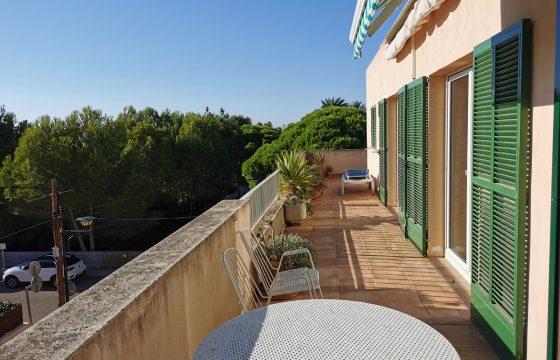 Schönes Penthouse, komplett umgeben von einer Terrasse mit freiem Blick.